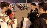 Clip: Đi xem U23, Phan Văn Đức rủ Đỗ Hùng Dũng dọn sạch rác ngoài sân Mỹ Đình
