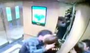 Làm quen không được, gã đàn ông sàm sỡ, cưỡng hôn nữ sinh viên ngay trong thang máy