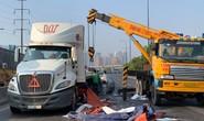 Kinh hãi nhiều cuộn thép khủng từ xe đầu kéo văng xuống xa lộ Hà Nội