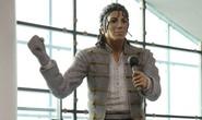 Tượng Michael Jackson bị dời sau phim tố cáo ấu dâm