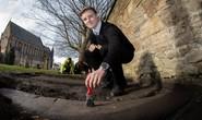 Hot boy khai quật báu vật ngàn năm trong nghĩa trang
