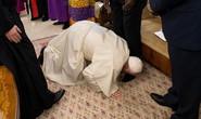 Giáo hoàng Francis quỳ gối hôn chân các lãnh đạo Nam Sudan