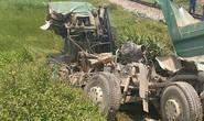 Tàu hỏa tông xe ben bay xa 10 m, tài xế tử vong trong cabin bẹp nát