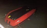 Ra đảo chơi trong đêm tối, xuồng cao su chở 7 du khách bất ngờ bị lật trên biển