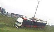 3 xe container, 1 xe tải tông liên hoàn trên quốc lộ, 2 người nhập viện cấp cứu