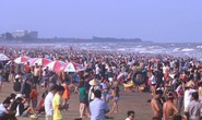 Biển Sầm Sơn ken đặc người trong ngày đầu nghỉ lễ 30-4 và 1-5