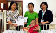 Trao tiền bạn đọc hỗ trợ bé Linh Đan