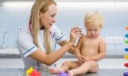 Ngoáy tai cho bé vài tháng tuổi: cần thiết hay nguy hiểm?