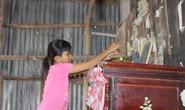 Nhói lòng bé gái rơi nước mắt khi được Báo Người Lao Động tặng nhà nhân ái