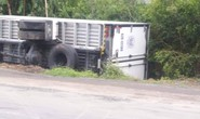 Va chạm giữa 3 ô tô tải, một xe văng xuống lề