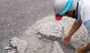 Sợ người dân gặp nạn, 2 thợ đá đục mảng bê tông gây sốt mạng xã hội