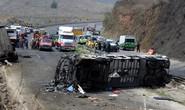 Xe buýt bốc cháy sau cú va chạm, ít nhất 50 người thương vong