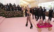 Lady Gaga khoe nội y, Katy Perry hóa đèn chùm