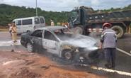 Ôtô 4 chỗ bốc cháy ngùn ngụt trên quốc lộ