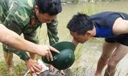 Đánh cá trên sông, trúng quả bom lớn dài 1,2 m