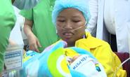 Trào nước mắt khoảnh khắc người mẹ ung thư vú lần đầu ôm con vào lòng