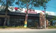 Cưỡng chế thêm công trình phía trước có bảng đá ghi Khu dân cư Alibaba Tân Thành