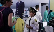 Video clip: Thử làm phi công, tiếp viên ở phố đi bộ Hồ Gươm