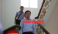 CLIP: Ông Nguyễn Hữu Linh rời tòa trong vòng vây ống kính phóng viên