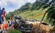 Xe đầu kéo lật ngửa khi xuống dốc, 3 người bị thương