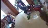 Clip: Nhóm côn đồ xông vào nhà đánh đập phụ nữ dã man