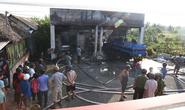Cây xăng bất ngờ phát cháy dữ dội, 2 người bị bỏng