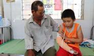 Cậu bé bán vé số bị cướp đánh gãy tay phải chuyển ra Đà Nẵng điều trị