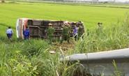 Xe buýt lao xuống ruộng lật nghiêng, 1 người chết nhiều người bị thương
