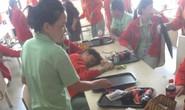 Hàng chục nữ công nhân bất ngờ tụt huyết áp ngất xỉu