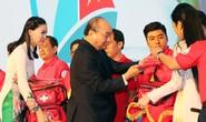 Thủ tướng Nguyễn Xuân Phúc cùng báo Người Lao Động trao cờ Tổ quốc cho ngư dân Kiên Giang