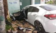 Xe ôtô 4 chỗ bất ngờ lao lên vỉa hè, tài xế và 2 mẹ con bị thương nặng