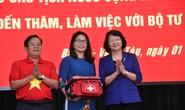 Phó Chủ tịch nước cùng Báo Người Lao Động trao 1.000 lá cờ Tổ Quốc cho ngư dân Bà Rịa - Vũng Tàu