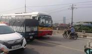 Xe buýt chạy ẩu lấn làn trên cầu tông trực diện 2 nam sinh đi xe máy
