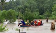 Công an vất vả giúp dân chống chọi với trận lụt lịch sử ở Phú Quốc