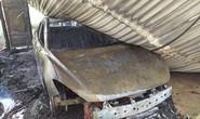 Đang đậu trong gara sát nhà, xe ôtô bất ngờ cháy dữ dội