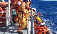 Tàu cá bị chìm ở vùng biển Hoàng Sa, 6 thuyền viên hoảng loạn trên thúng chai