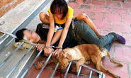 Cặp tình nhân trộm chó bị đánh hội đồng, xích cùng nhau bên tang vật