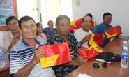 Cờ Tổ quốc đã đến tay ngư dân TP Bạc Liêu