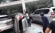 Xe Vios bất ngờ lao từ tầng 2 showroom xuống đất, rơi trúng xe Toyota Prado