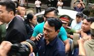 Ông Nguyễn Hữu Linh không còn bung chạy, bình tĩnh vào phòng xử án
