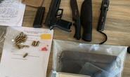 Nam thanh niên đi xế hộp tàng trữ ma túy, thủ 1 khẩu súng ngắn và 14 viên đạn