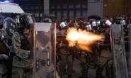 Cảnh sát Hồng Kông nổ súng, dùng vòi rồng trấn áp người biểu tình