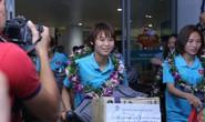 Clip: Các cô gái vàng vô địch bóng đá nữ Đông Nam Á rạng rỡ trở về