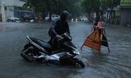 Những hình ảnh người dân Hà Nội bì bõm trên phố biến thành sông