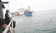 Cận cảnh lai dắt tàu cá cùng 14 thuyền viên gặp nạn trên biển