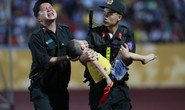 Xúc động hình ảnh cảnh sát cơ động nén đau cứu CĐV nhí ngất xỉu ở sân Thiên Trường