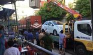 2 ôtô đậu trên đường ray, khiến đầu máy tàu hỏa bị trễ chuyến cả giờ