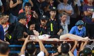 CLIP: CĐV Nam Định làm loạn, 1 phụ nữ nhập viện vì trúng pháo sáng