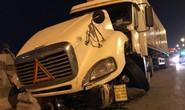 Xe container tông liên hoàn, húc người văng từ trên cầu Thanh Trì xuống sông tử vong