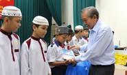 Tặng học bổng cho học sinh nghèo dân tộc Chăm